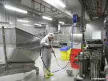 Pracownik mycie hali przetwórstwa / Norwegia okolice Nordfjordeid